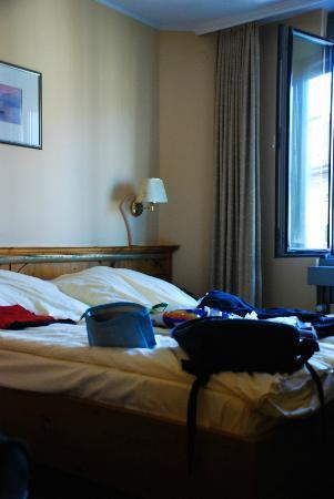 Zur Post Hotel: Bed/window