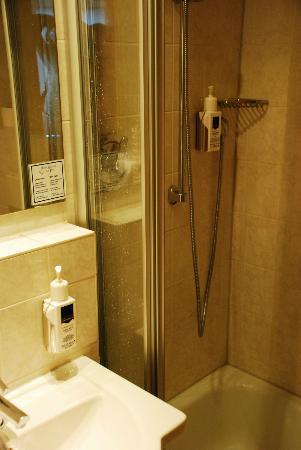 Zur Post Hotel: Bathroom/shower
