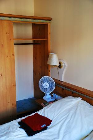 Zur Post Hotel: Bed/wardrobe