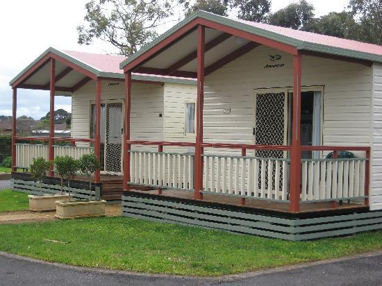 Warrnambool Holiday Park and Motel: Deluxe Cabins overlooking the Pool