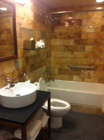 DoubleTree by Hilton The Tudor Arms Hotel: bathroom in double queen room
