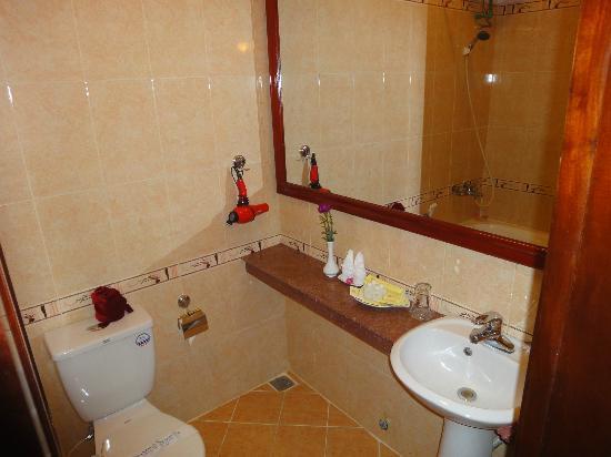 Hue Holiday Hotel: room's bathroom