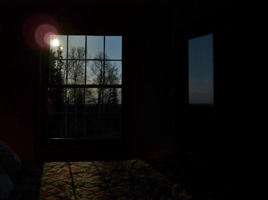 Denali Overlook Inn: moonlight entering bedroom