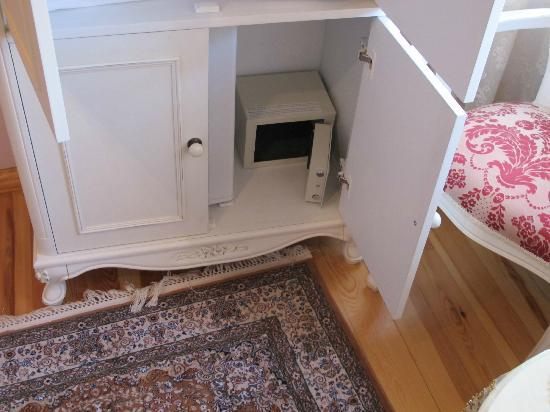 Esans Hotel: caja fuerte junto al minibar