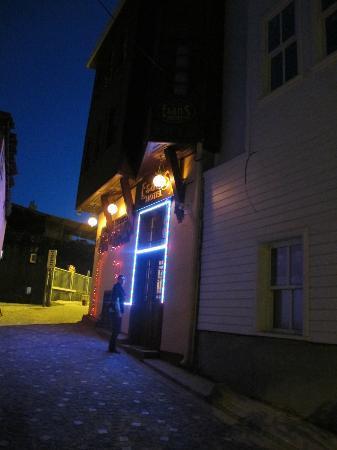 Esans Hotel: la entrada del hotel de noche