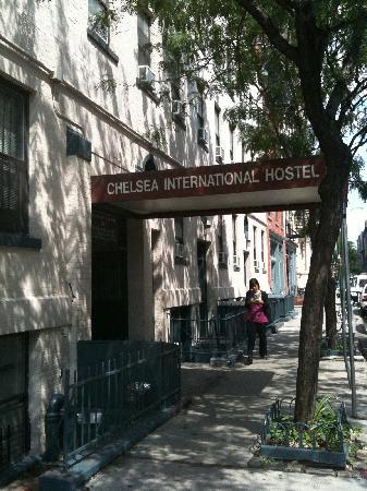 Chelsea International Hostel: in front of the hostel