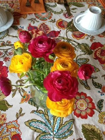 Arroyo Vista Inn: bright and cheery breakfast table