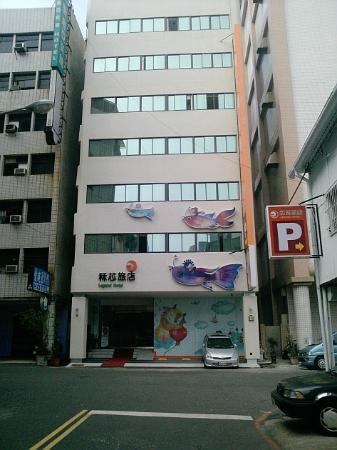 Legend hotel: 旅店正門