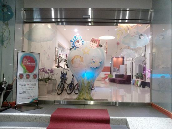 Legend hotel: 旅店正門(夜晚)