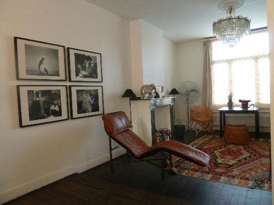 Antwerp B&B: Black Room seating area