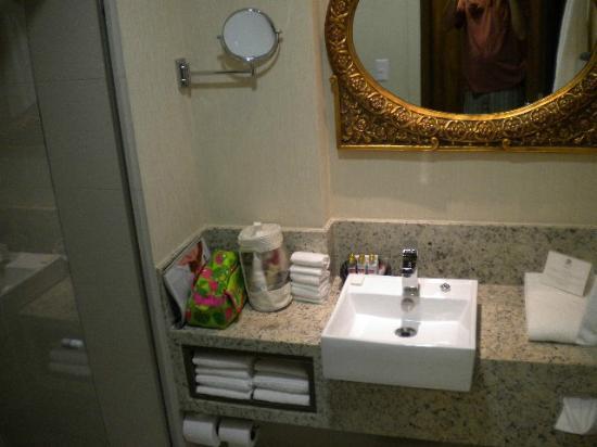 Best Western Premier Majestic Ponta Negra Beach: banheiro e espelho