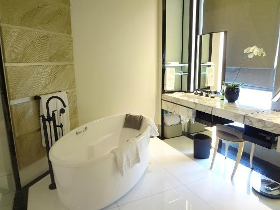 Keraton at The Plaza, a Luxury Collection Hotel: Bath room