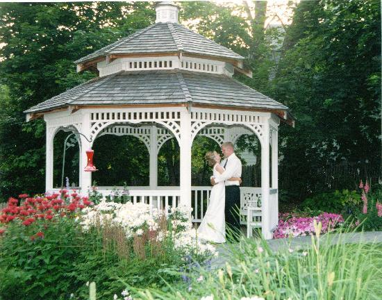 Harbour View Inn: Gazebo in the courtyard