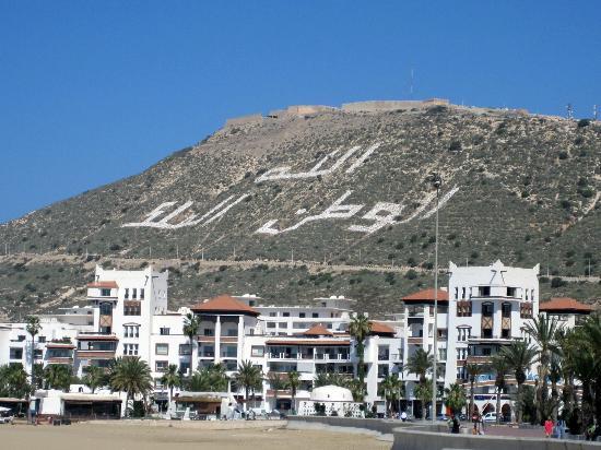 Hotel Riu Palace Tikida Agadir : Blick auf die Medina, Geschrieben im Berg:  Gott, Vaterland und König