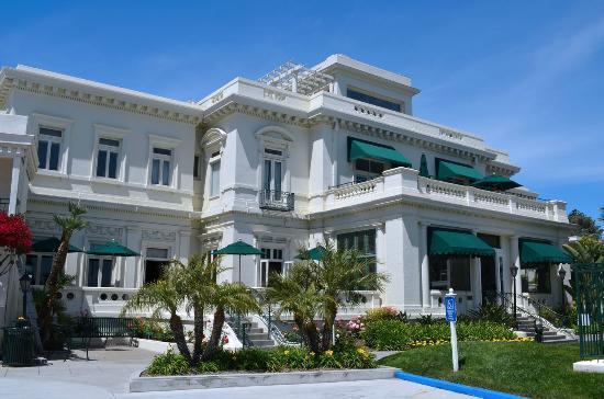 Glorietta Bay Inn: Main hotel entrance