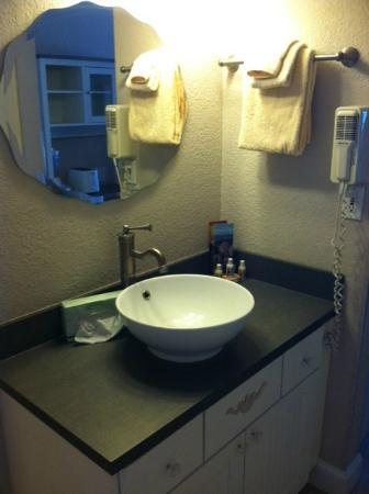 Island Inn: Cute, clean bathroom/sink