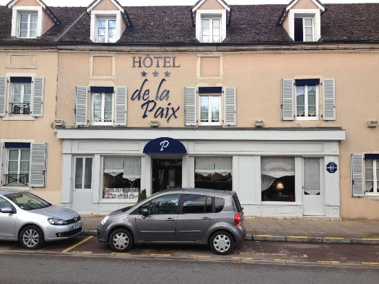 Hotel de la Paix : view of the front of the hotel from the main street. My room was above the entry and two to the