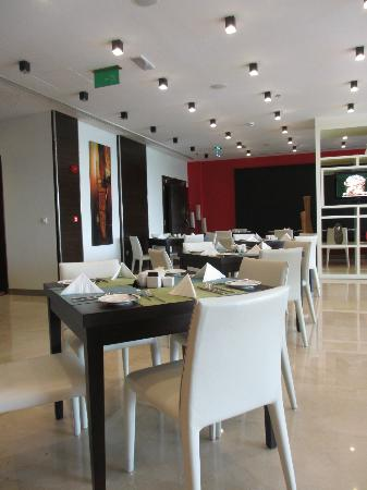 Ramada Encore Doha : Breakfast tables