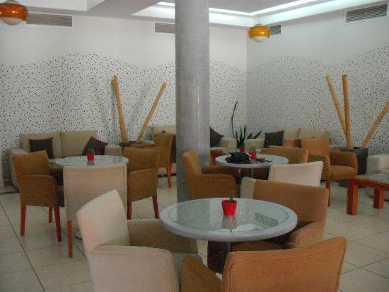 Pyramos Hotel: sitting /dining/wi-fi /coffee/drinks area