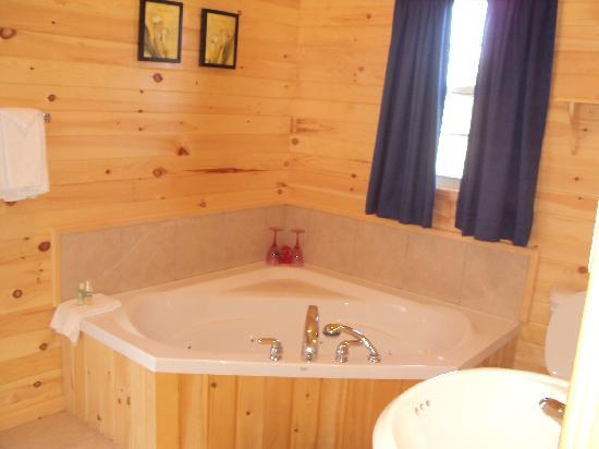 Fairways Cottages : 10 chalets with spa bathtubs