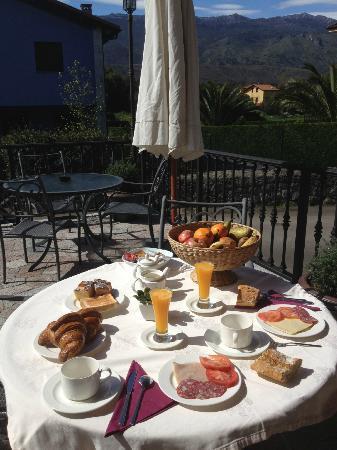 Hotel Rural Andrin: Brekfast at terrace