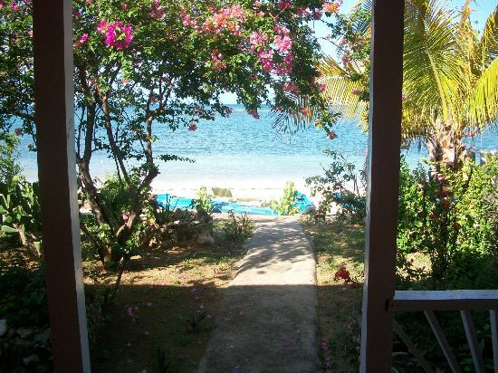 Little Bay Cabins: Photo taken from the doorway of room 1