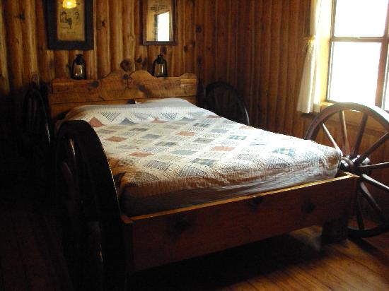 Tanyard Springs Cabins: The wagon has been converted into a bed in the Cattle Rancher