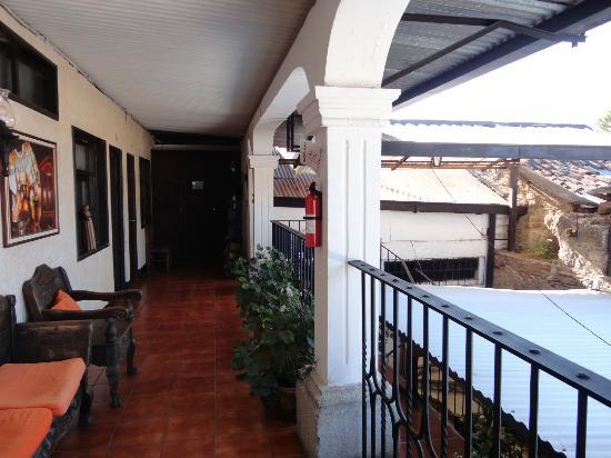 Hotel Posada Dona Luisa: Pasillo visto desde la habitacion