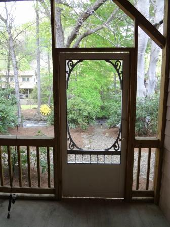 Jonathan Creek Inn and Villas: view from the screened-in porch to the creek area