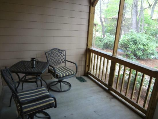 Jonathan Creek Inn and Villas: comfy seating area on the porch