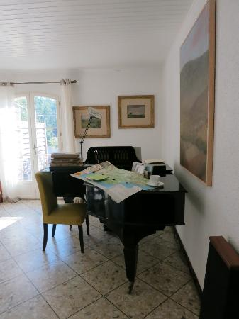 La Gracette : Living Room - Piano, map to Luberon and coffee