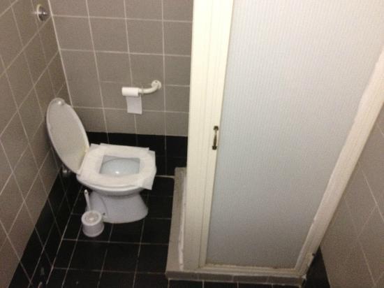 Hotel Cavour: banheiro coletivo. tente sentar na privada. o chão estava sujo de urina