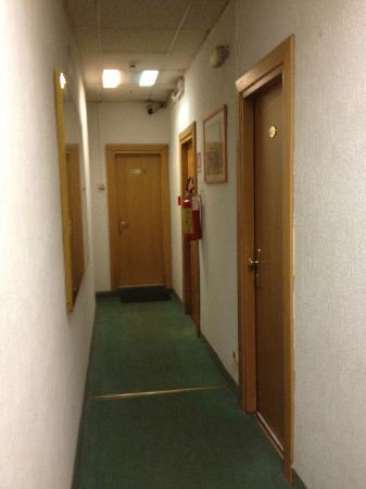 Hotel Cavour: os quartos. a porta ao fundo é a do banheiro