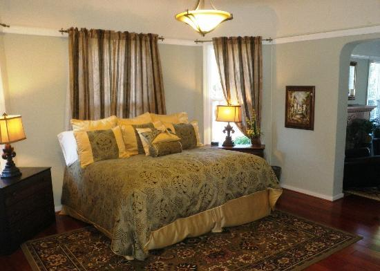 Cabernet House, an Old World Inn: Semi-Private Room with King Bed