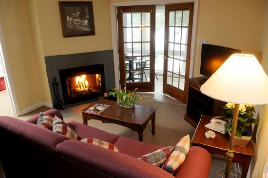 Rocky Crest Golf Resort : One bedroom suite living room