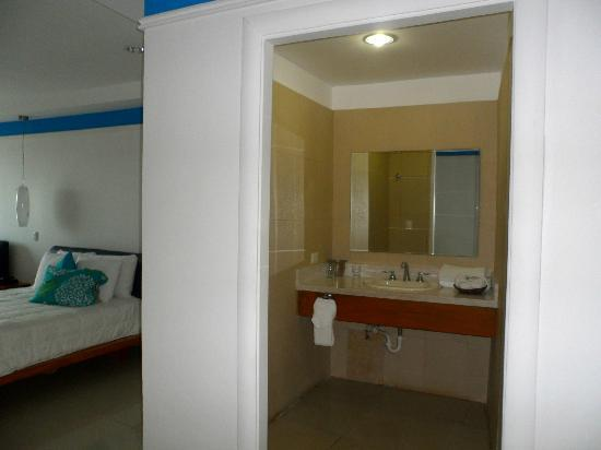 Amador Ocean View Hotel & Suites: Sink area is separate from shower and toilet area.
