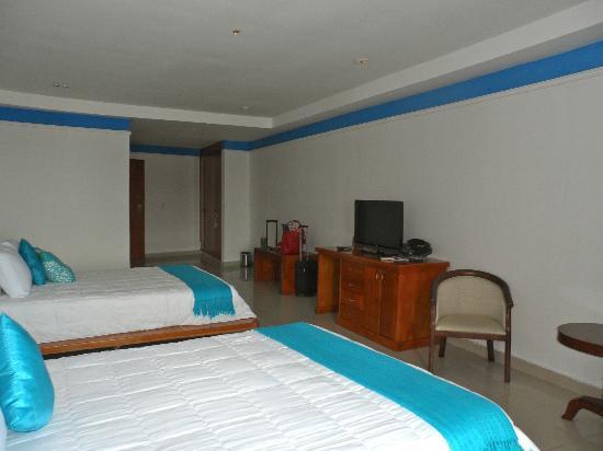 Amador Ocean View Hotel & Suites: Looking into room from balcony doors.
