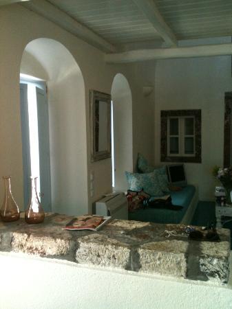 Enigma Apartments & Suites: espace salon 2 banquettes, TV