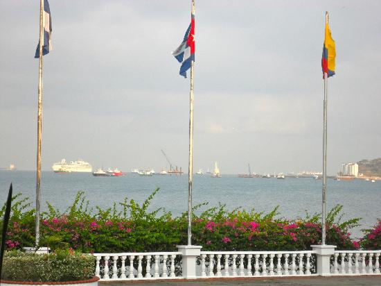 Amador Ocean View Hotel & Suites: Cruise ship in the Bay of Panama viewing from Al Dente Restaurant