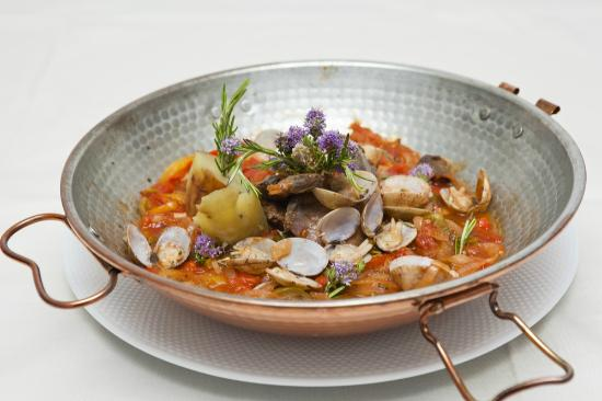 Mussiene Restaurante: Cataplana de coelho do barrocal algarvio com ameijoas da ria formosa
