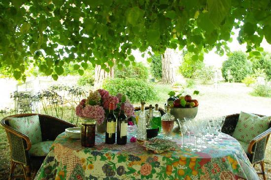 Domaine Mongiron: garden table