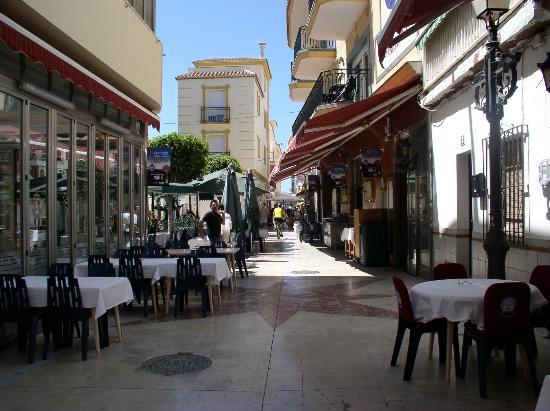 Apartamentos Plazamar: Street outside the apartments