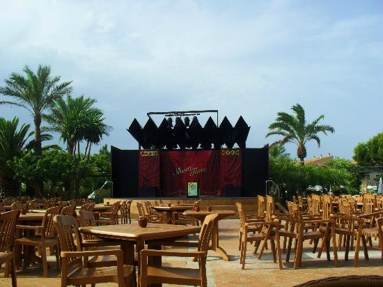 Zafiro Menorca: Outside seating area, for evening entertainment