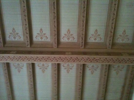 Bed and Breakfast Le Chiarine: Plafond de la chambre en bois peint