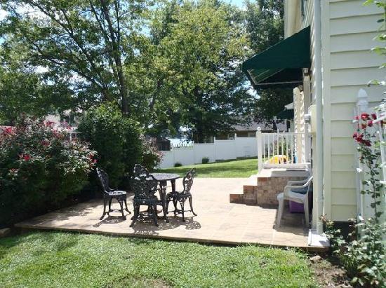 Monroe Bay Inn Bed & Breakfast: Sit on the sunny patio