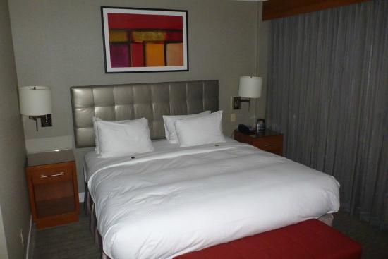 Hilton Toronto Airport & Suites: Executive Suite bedroom
