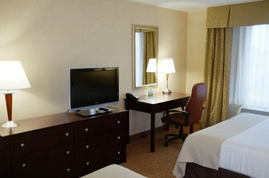 Holiday Inn Winchester Southeast-Historic Gateway: TV and Desk