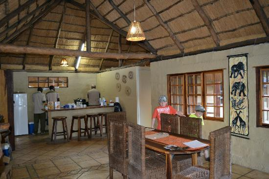 Kubu Cabins : Dinning Room & Kitchen in the Villa