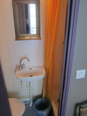 Appi Hotel: Toilet To The Left, Sink In The Middle, And The Shower