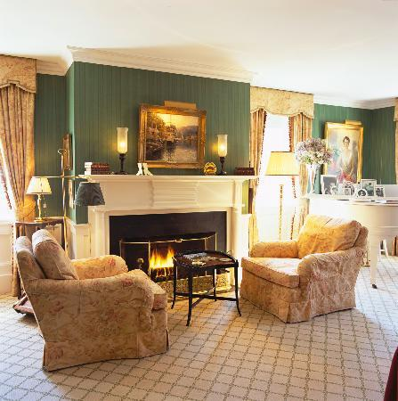 The Charlotte Inn: Room 14 Fireplace / Sitting Area